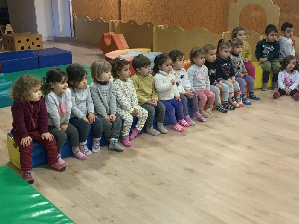 Infants mirant el teatre del Patufet