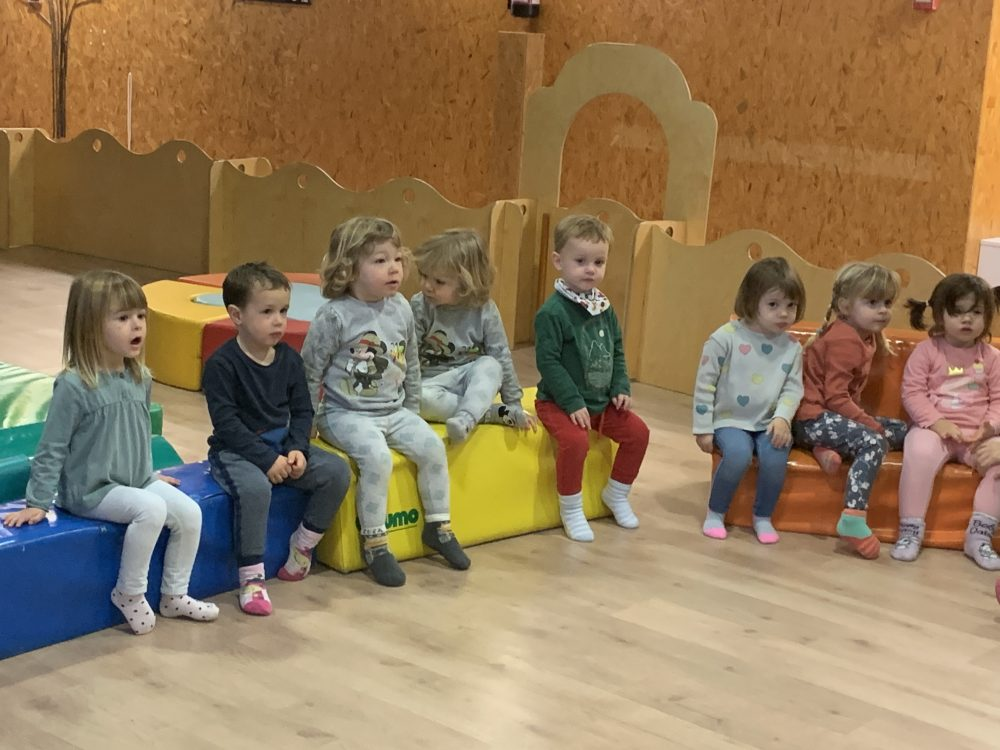 infants mirant un teatre