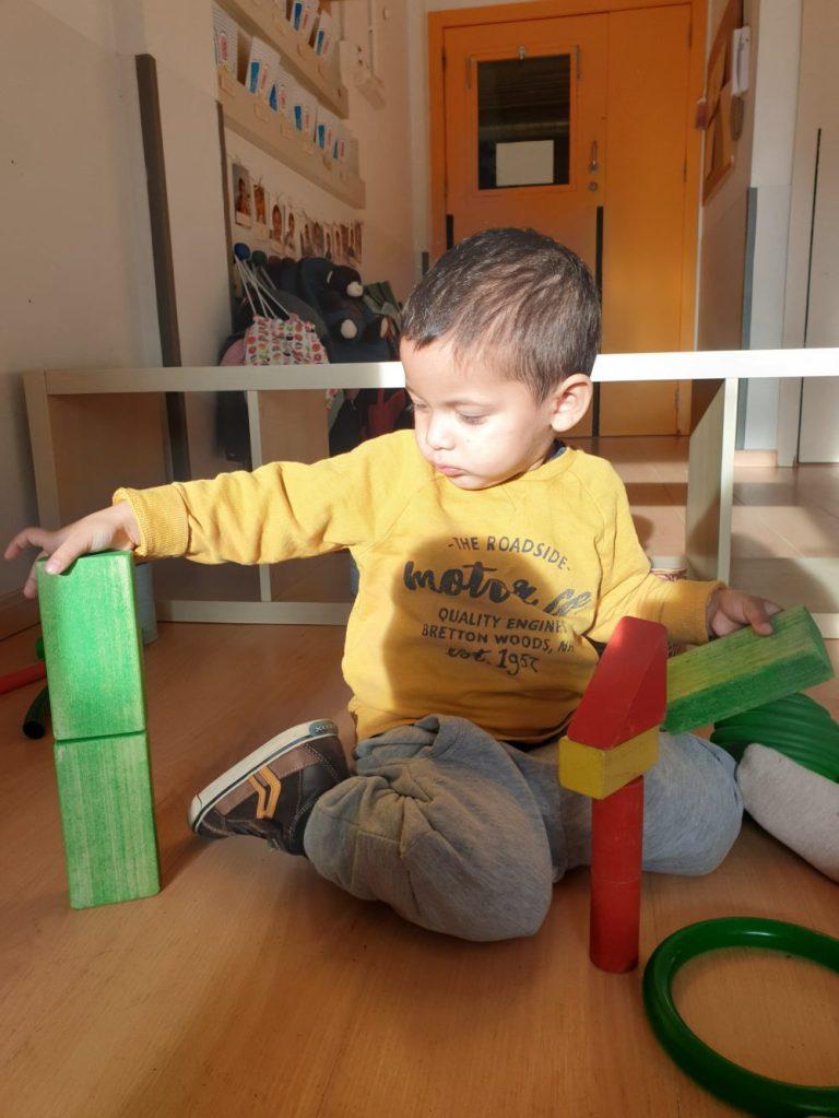 un infant fent construcció