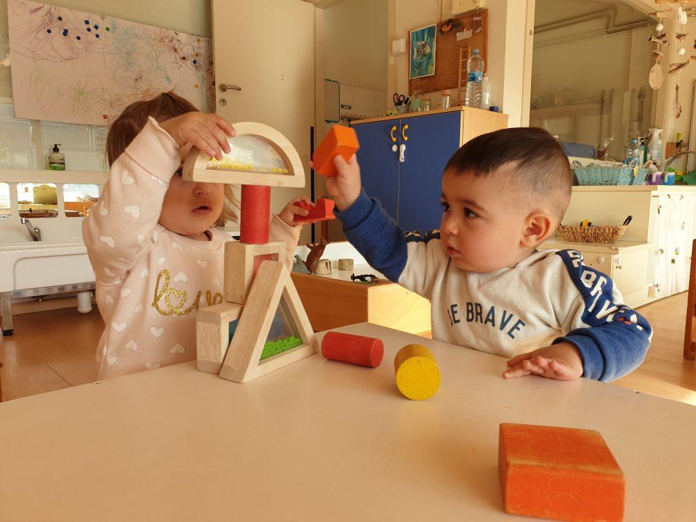 infants construint amb peces