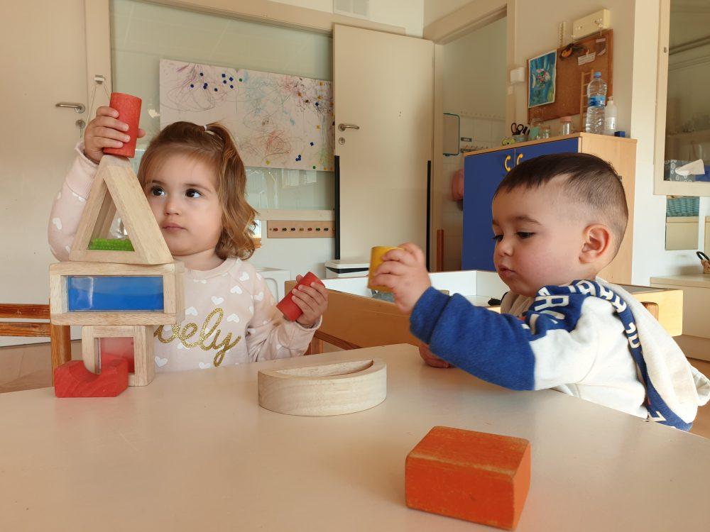 infants construint amb peces de construcció